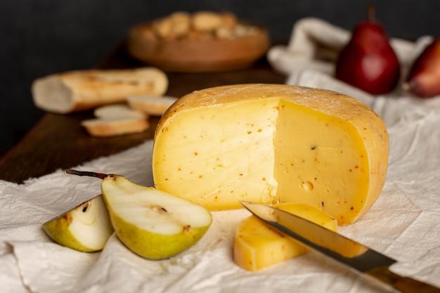 Leckere käse und obst auf einem tisch Kostenlose Fotos