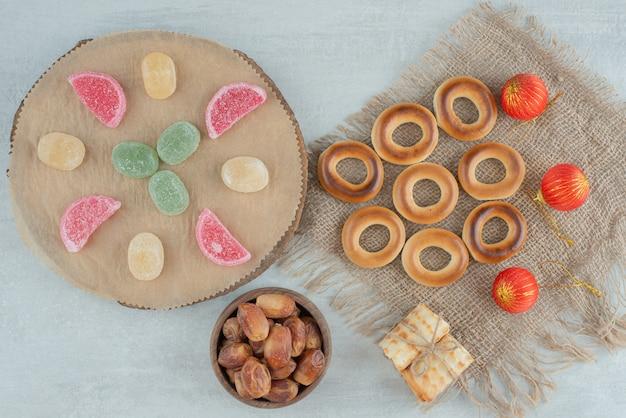 Leckere kekse mit weihnachtskugeln auf sackcloh. hochwertiges foto Kostenlose Fotos