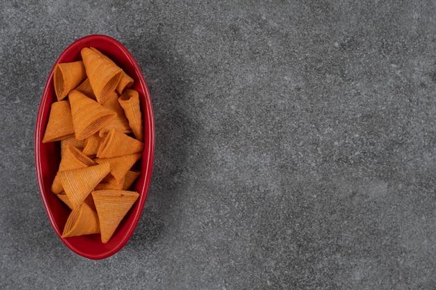 Leckere knusprige pommes in roter schüssel. Kostenlose Fotos