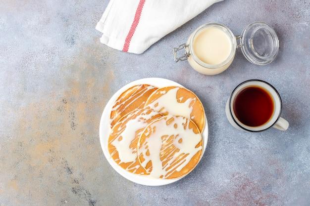 Leckere pfannkuchen mit kondensmilch. Kostenlose Fotos
