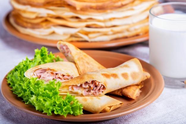 Leckere pfannkuchen mit schinken und käse. frühstückskonzept. Premium Fotos