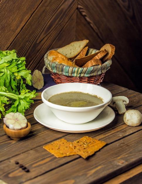 Leckere pilzsuppe mit dünnen brotscheiben. Kostenlose Fotos