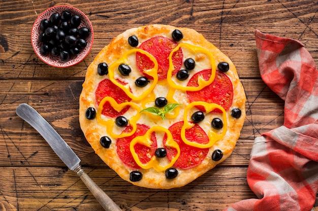 Leckere pizza auf holztisch Kostenlose Fotos