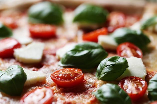 Leckere pizza mit basilikum Kostenlose Fotos