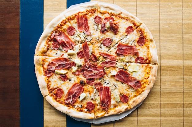 Leckere pizza mit fleisch Kostenlose Fotos