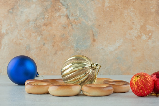 Leckere runde süße kekse mit weihnachtskugeln auf weißem hintergrund. hochwertiges foto Kostenlose Fotos