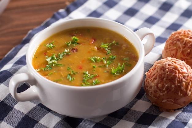 Leckere rustikale suppe mit gemüse, linsen und erbsen Premium Fotos