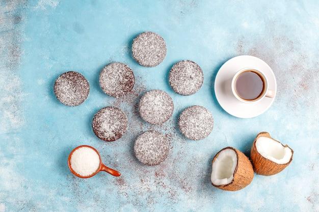 Leckere schokoladen- und kokosnusskekse mit kokosnuss Kostenlose Fotos