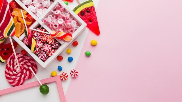 Leckere süßigkeiten auf rosa tisch Premium Fotos