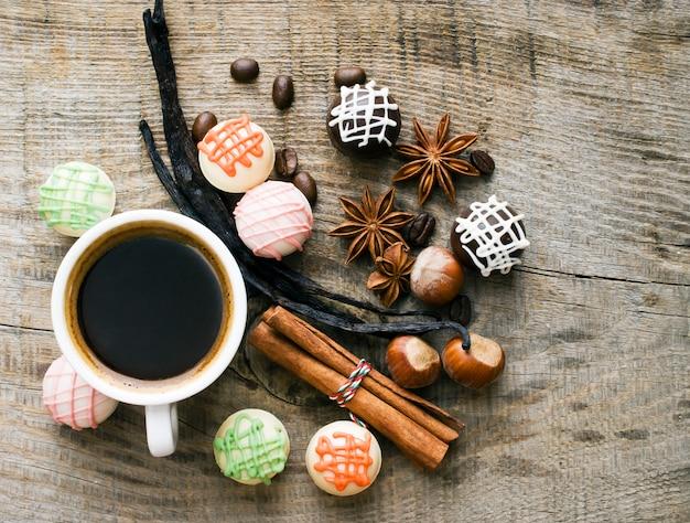 Leckere süßigkeiten und gewürze bei einer tasse kaffee. Premium Fotos