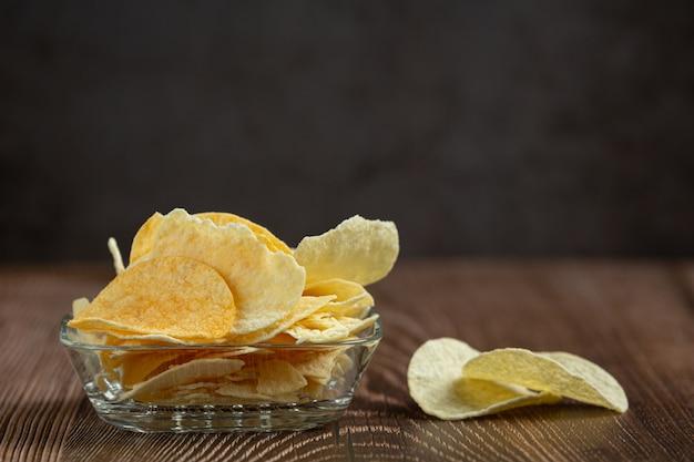Leckere süßkartoffelchips in der schüssel Kostenlose Fotos