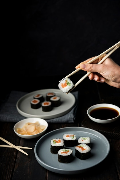 Leckere sushi-rollen mit gemüse und reis Kostenlose Fotos