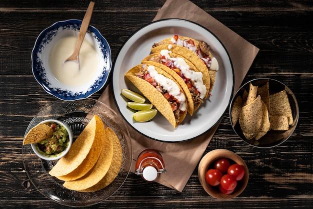 Leckere tacos mit fleisch und sauce Kostenlose Fotos