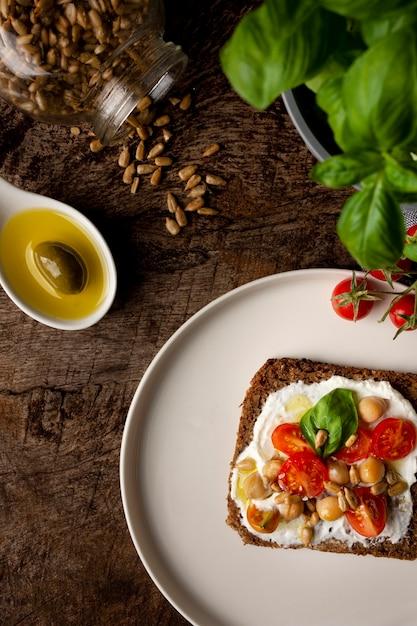 Leckere toastscheibe mit kirschtomaten Premium Fotos