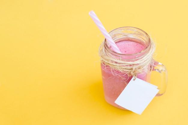 Leckerer erdbeersmoothie mit strohhalm und etikett für mock-up mit platz auf der rechten seite Kostenlose Fotos