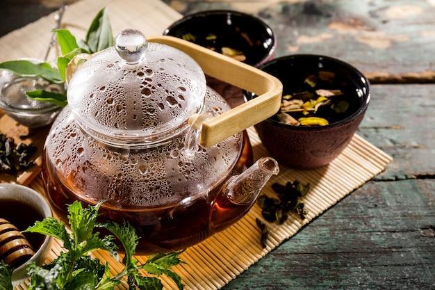 Leckerer frischer grüner Tee in Glas Teekanne Zeremonie auf alten rustikalen Tisch Kostenlose Fotos