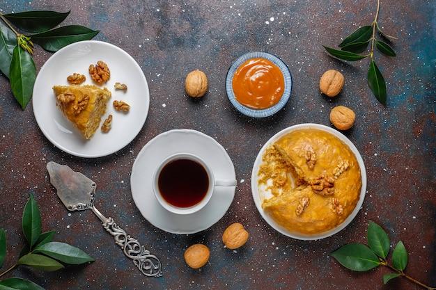 Leckerer hausgemachter sowjetischer traditioneller ameisenhaufen-kuchen mit walnuss, kondensmilch und keksen Kostenlose Fotos
