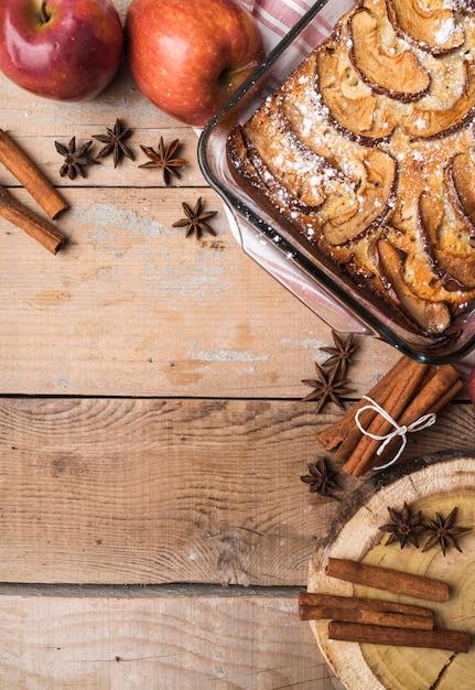 Leckerer kuchen der draufsicht mit zucker besprüht Kostenlose Fotos