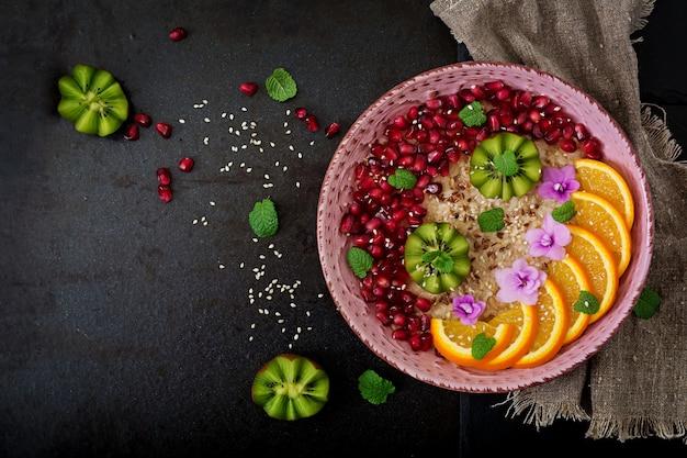 Leckerer und gesunder haferbrei mit obst-, beeren- und leinsamen. gesundes frühstück. fitness essen. richtige ernährung. Kostenlose Fotos
