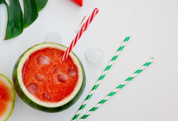 Leckerer wassermelonen-smoothie in der frischen wassermelone Premium Fotos