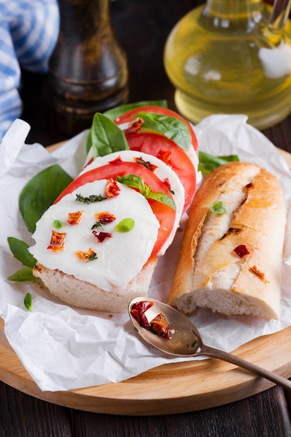 Leckeres baguette mit mozzarella auf einem teller Kostenlose Fotos