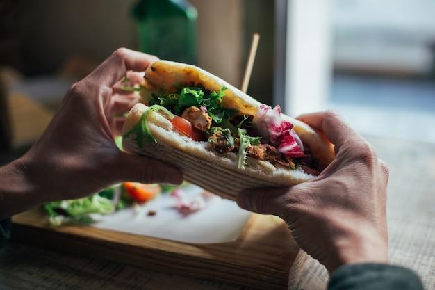 Leckeres chiabatta-sandwich mit hühnchen und salat Kostenlose Fotos