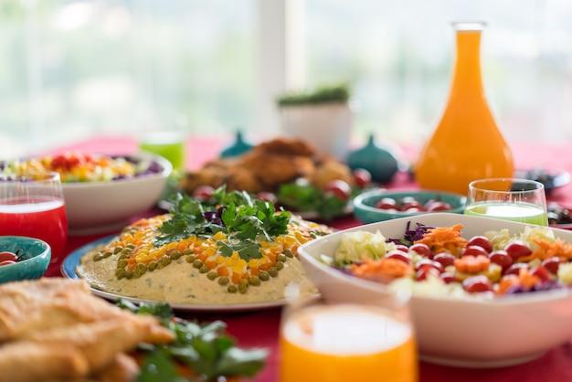 Leckeres essen bereit und dekoriert Premium Fotos