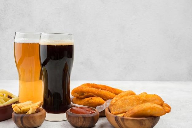 Leckeres essen und biergläser arrangement Kostenlose Fotos