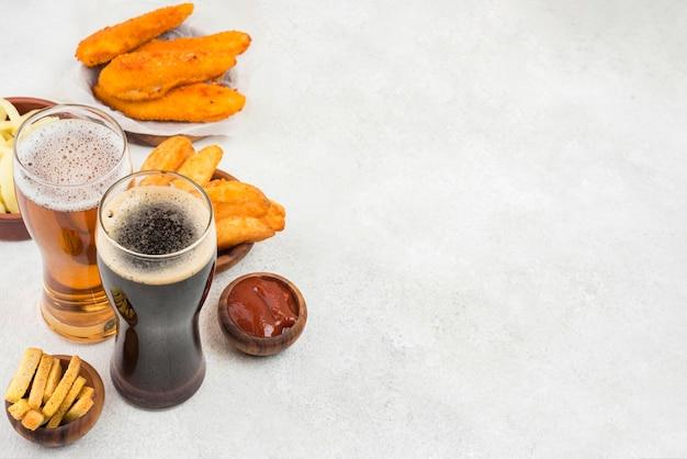 Leckeres essen und biergläser mit kopierraum Kostenlose Fotos