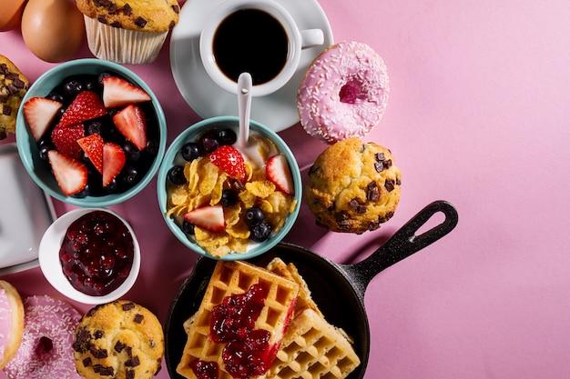 leckeres frisches fr hst ck essen zutaten auf rosa hellen hintergrund bereit zum kochen home. Black Bedroom Furniture Sets. Home Design Ideas