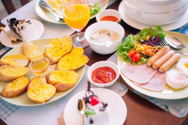 Leckeres frühstück auf dem tisch. leckeres frühstück auf dem tisch Premium Fotos