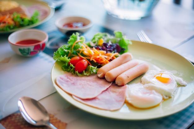 Leckeres frühstück auf dem tisch Premium Fotos