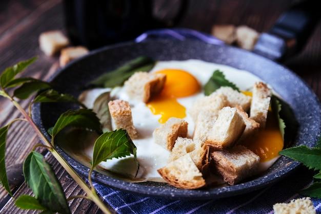 Leckeres frühstück mit eiern und semmelbröseln Kostenlose Fotos