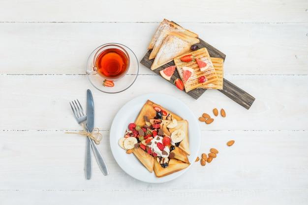 Leckeres frühstück mit früchten Kostenlose Fotos