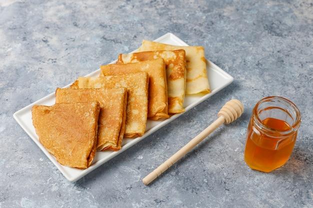 Leckeres frühstück. orthodoxer feiertag maslenitsa. crepes mit cumquats und honet, draufsicht Kostenlose Fotos