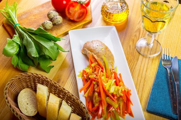 Leckeres gegrilltes hähnchenbrustfilet und gebratener paprika Premium Fotos