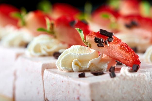 Leckeres restaurantdessert: süßer souffle, dekoriert mit frischen erdbeeren, geriebener schokolade und schlagsahne. gute vorspeise für leichten wein und champagner. Kostenlose Fotos