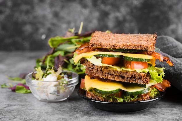 Leckeres sandwich mit salat daneben Kostenlose Fotos