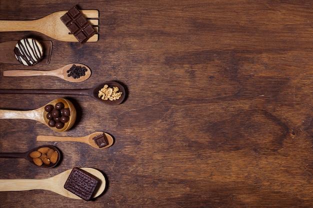 Leckeres snack-sortiment auf löffeln Kostenlose Fotos
