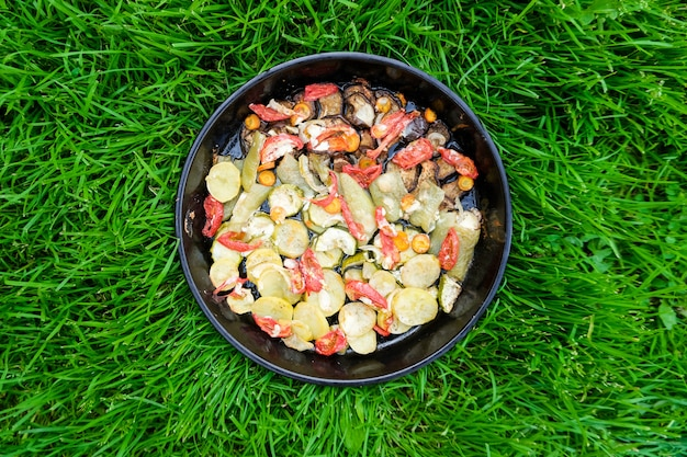 Leckeres sommeressen. gebratenes gemüse: zucchini, paprika, karotten und kartoffeln. Premium Fotos