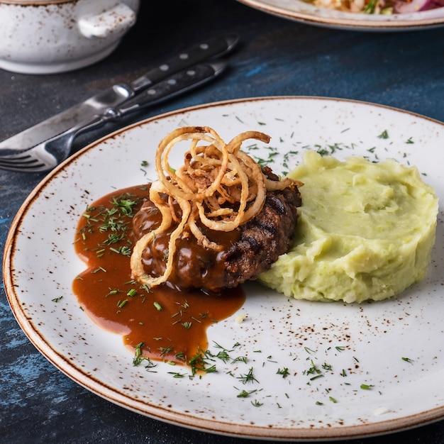 Leckeres stroganoff vom rind mit kartoffelpüree und gesalzener gurke Premium Fotos