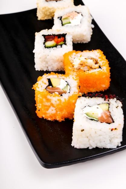 Leckeres sushi auf schwarzem teller Kostenlose Fotos