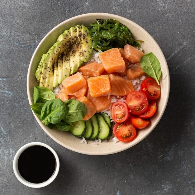 Leckeres und gesundes lebensmittelkonzept bio-sackschale mit lachs, avocado, gemüse und chiasamen Premium Fotos