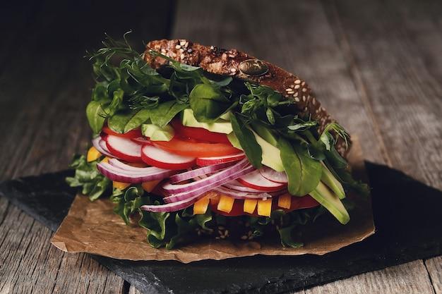 Leckeres veganes sandwich über holztisch Kostenlose Fotos