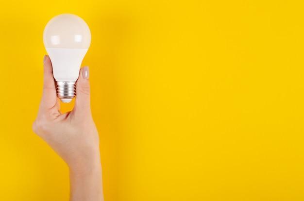 Led-glühlampezusammensetzung auf gelbem hintergrund. Premium Fotos