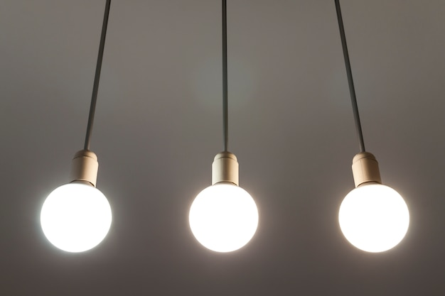 Led weiße lampen hängen von der decke. beleuchtungstechnik. Premium Fotos