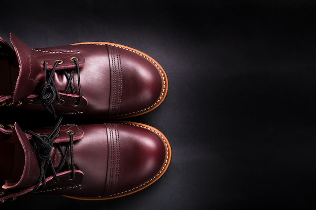 Lederne braune schuhe der modernen männer auf schwarzem Premium Fotos