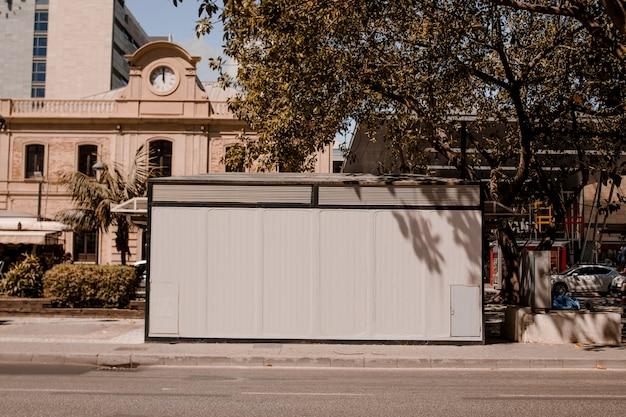 Leere anschlagtafel auf bürgersteig am straßenrand nützlich für die werbung Kostenlose Fotos