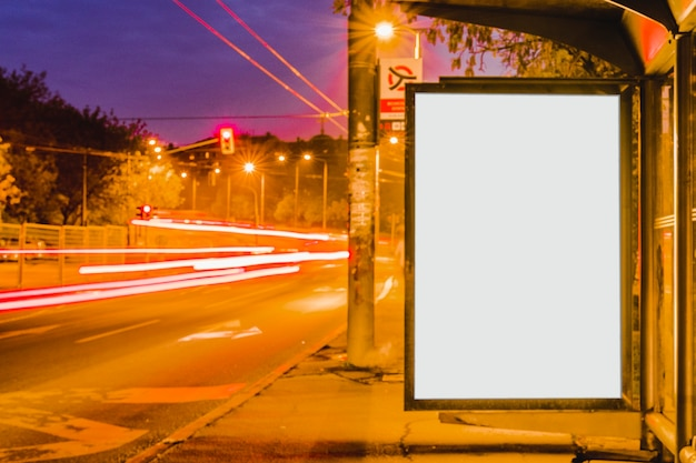Leere anschlagtafel auf bushaltestelle nachts Kostenlose Fotos