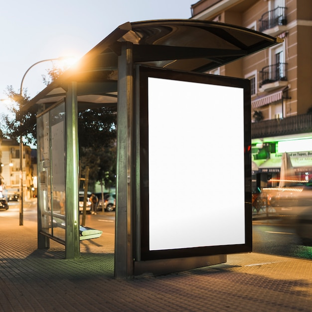 Leere anschlagtafel auf bushaltestellehalt nachts Kostenlose Fotos